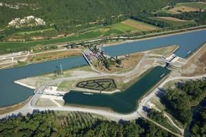 France, Ain (01), Culoz, ecluse de Chautagne sur le Rhone (vue aerienne)